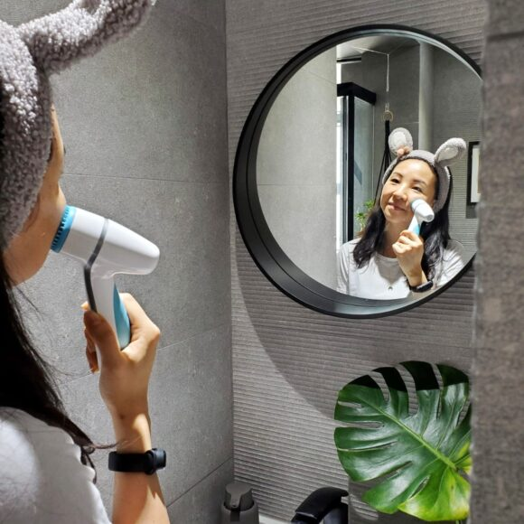 How to clean your face using a cleansing brush